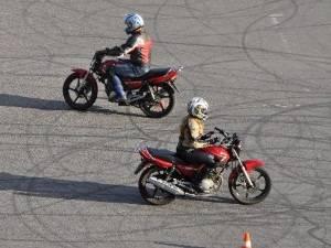 Почему цена обучения на мотоцикл в школах не одинакова?